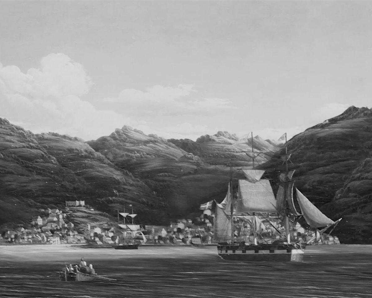 Gemälde eines Segelschiffes vor einem kleinen Hafen
