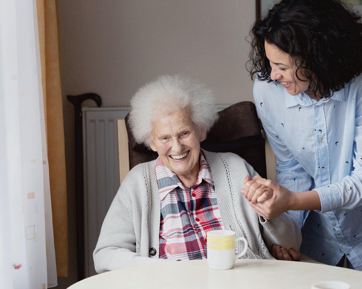 Altenpflegerin und Bewohnerin