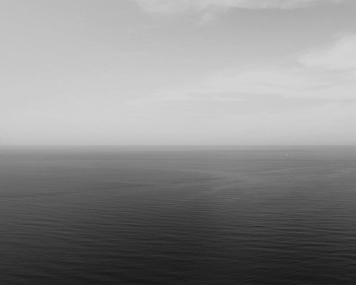 Ruhiger Ozean an einem klaren Tag